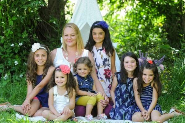 Lacey Dunkin com as filhas Sophia, Natalie, Melanie, Kaylee, Lea e Cecily (Foto: Reprodução Facebook)