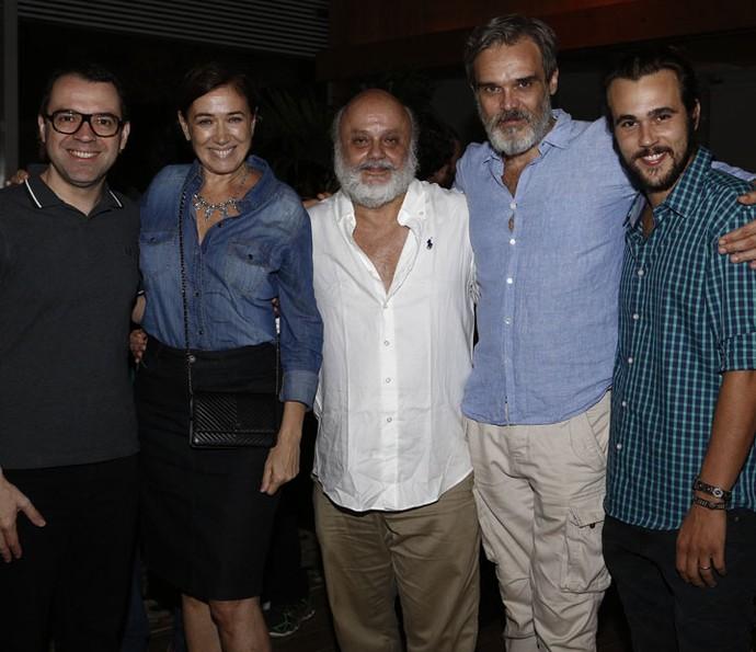 Mario Teixeira, autor de Liberdade, Liberdade, posa com Lilia Cabral, Mario Borges, Dalton Vigh e Bruno Ferrari (Foto: Fábio Rocha / Gshow)