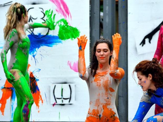 Performance mistura dança, artes cênicas e pintura com o próprio corpo (Foto: Roni Adame/ Divulgação)
