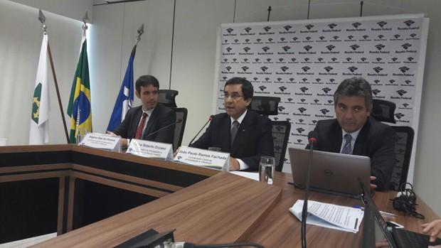 O subsecretário de Arrecadação e Atendimento da Receita Federal, Carlos Roberto Occaso (ao centro), explica operação (Foto: Alexandro Martello)