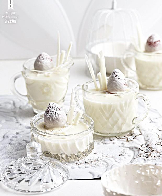 A panna cotta de chocolate branco mistura o ingrediente comleite e iogurte. Morangos decorama sobremesa e contribuem para dar um toque de acidez (Foto: StockFood/Great Stock!)