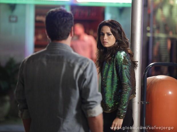 Morena se assusta ao ouvir a voz de Théo (Foto: Salve Jorge/TV Globo)