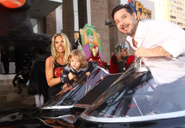 Adriane Galisteu com o filho Vittório e  Alexandre Iódice (Foto: Iwi Onodera / Ego)