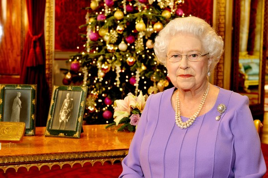 Numa das tradicionais mensagens de Natal, raro momento em que se pronuncia e que desde 1957 são transmitidas pela TV. Em 2007, ela passa a difundi-las pelo YouTube (Foto: Reprodução)