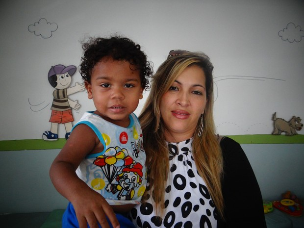 Conselheira Sheyla Rocha com criança que teria sido abandonada no bairro da Ponta Grossa, em Maceió. (Foto: Natália Souza/G1)