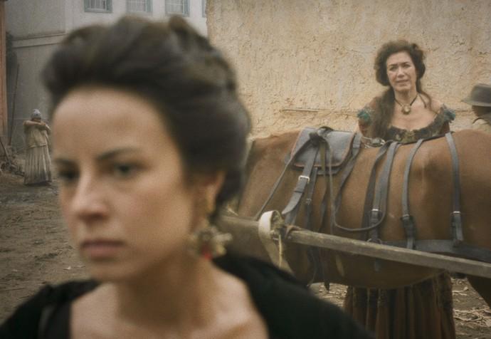 Virgínia avista Joaquina e a chama pelo nome de batismo, e não por Rosa, como todos a conhecem na cidade (Foto: TV Globo)