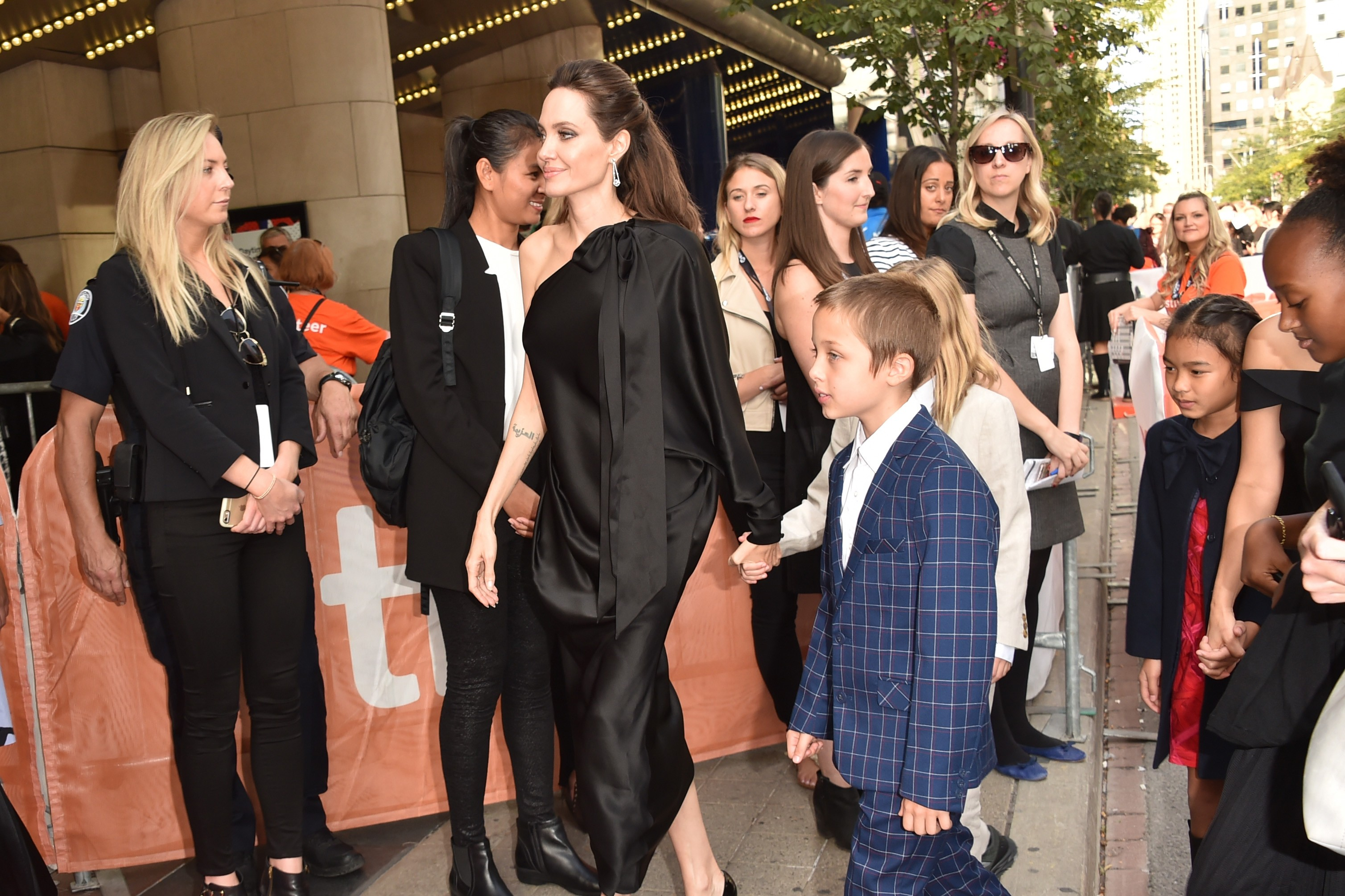 """TORONTO, ON - SEPTEMBER 11:  (L-R) Angelina Jolie, Vivienne Jolie-Pitt and Knox Jolie-Pitt attend the """"First They Killed My Father"""" premiere during the 2017 Toronto International Film Festival at Princess of Wales Theatre on September 11, 2017 in Toronto, (Foto: Getty Images)"""