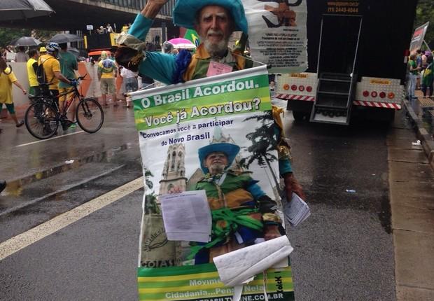 """Wilson Neves Castro, de 82 anos, não tem residência fixa. Foi preso em 68 pela ditadura e não votou mais. """"Não estou aqui pela volta  dos militares, isso é um pedido incoerente, violento e desnecessário"""". Está na rua para clamar pelos direitos dos cidadão (Foto: Nina Finco/ÉPOCA)"""