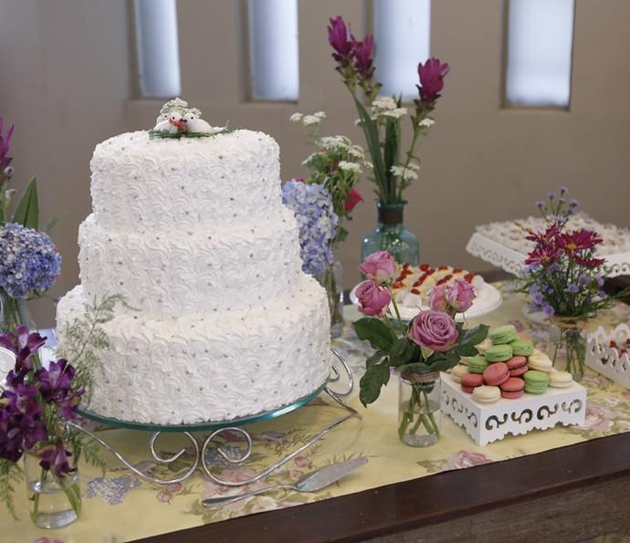 Casal de pombinhos no topo do bolo dão charme e doçura para a decoração da mesa de doces<3 (Foto: Pedro Carrilho/Gshow)