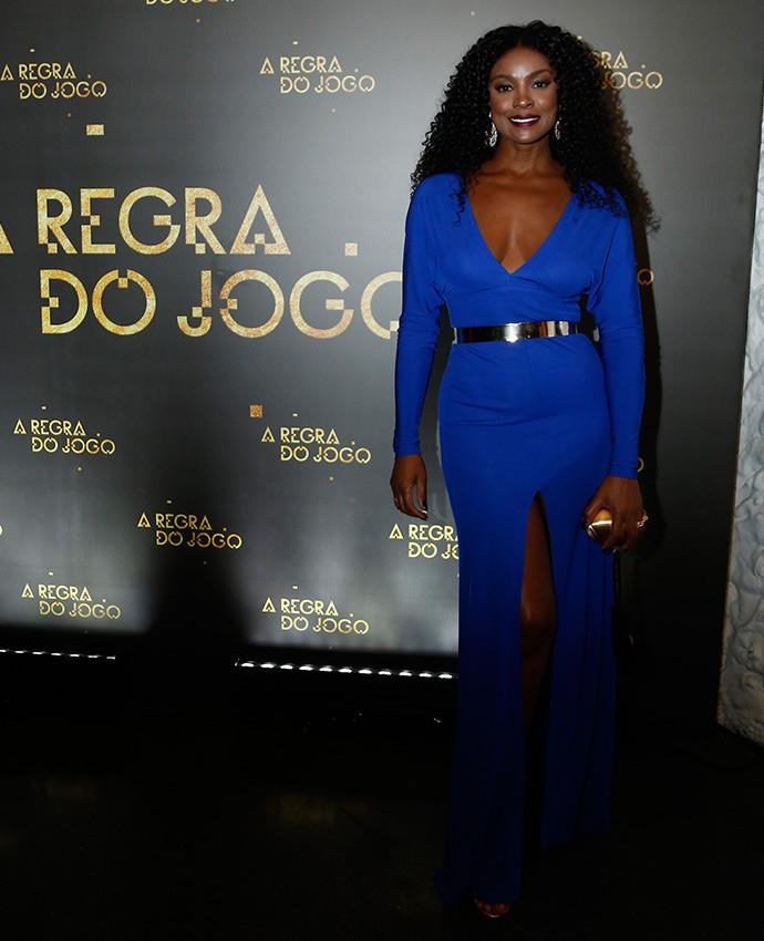 A atriz aposta no longo azul royal com fenda e decorão para evento (Foto: Raphael Dias/Gshow)
