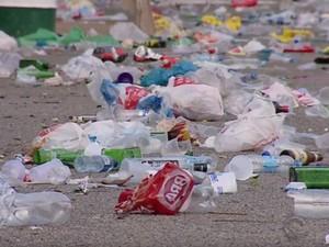 Lixo ficou acumulado após a festa (Foto: Reprodução/RBS TV)