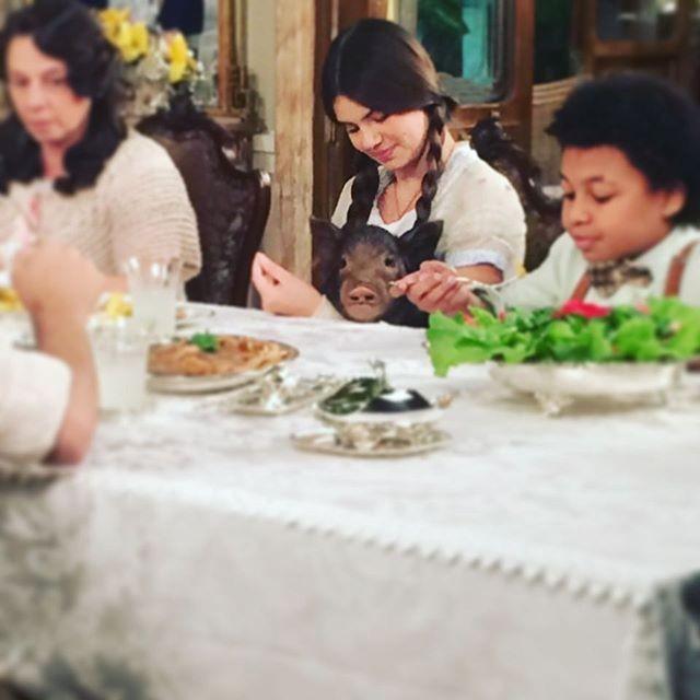 Camila Queiroz com a porquinha Lili em cena de 'Êta Mundo Bom!' (Foto: Reprodução)