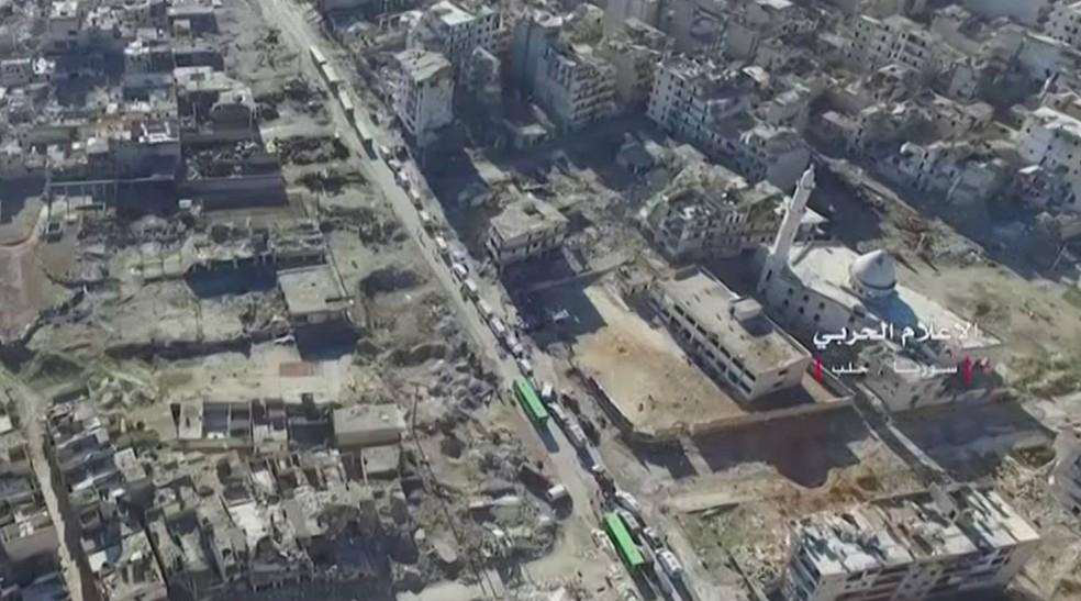 Ônibus e ambulâncias que transportam essas pessoas estão saindo dos distritos no leste de Aleppo, passam por áreas sob o domínio das autoridades e depois se dirigem a lugares na região oeste (Foto: Syrian Army/Reuters)