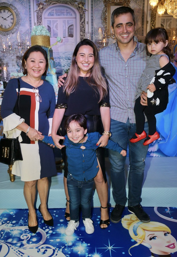 Karina Sato com a mãe, dona Kika, o marido Felipe Abreu, e os filhos Manuela e Felipinho (Foto: Manuela Scarpa/Brazil News)