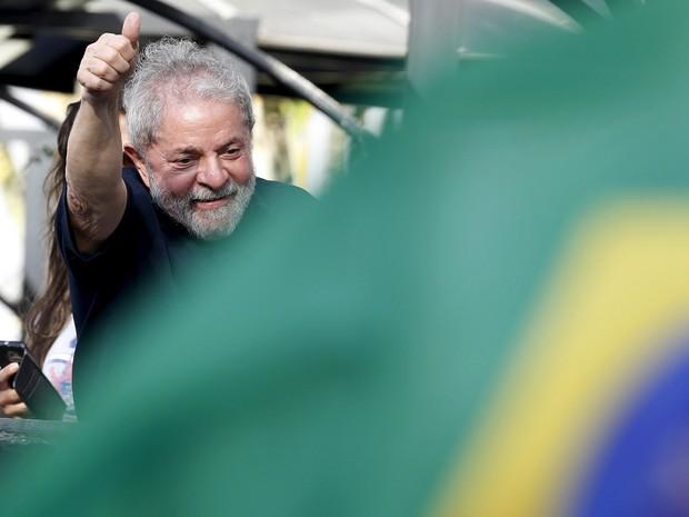 O ex-presidente Luiz Inácio Lula da Silva acena para apoiadores ao chegar em sua residência em São Bernardo do Campo, na Grande São Paulo (Foto: Paulo Whitaker/Reuters)