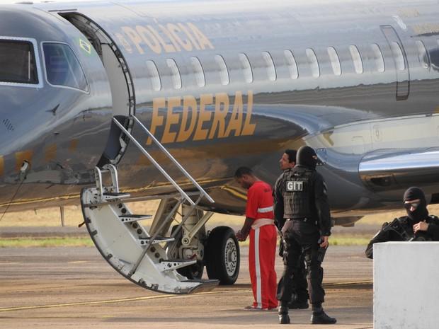 Presos embacaram na aeronave da Polícia Federal por volta das 17h (Foto: Jackson Félix/ G1 RR)