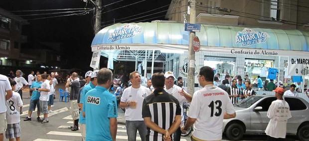 santos camisa azul Vila Belmiro (Foto: Marcelo Hazan / Globoesporte.com)