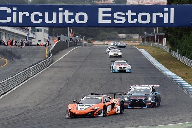 McLaren GT3 da dupla Benham e Tappy em P3 na corrida 2 (Foto: Divulgação/FOTOSPEEDY)