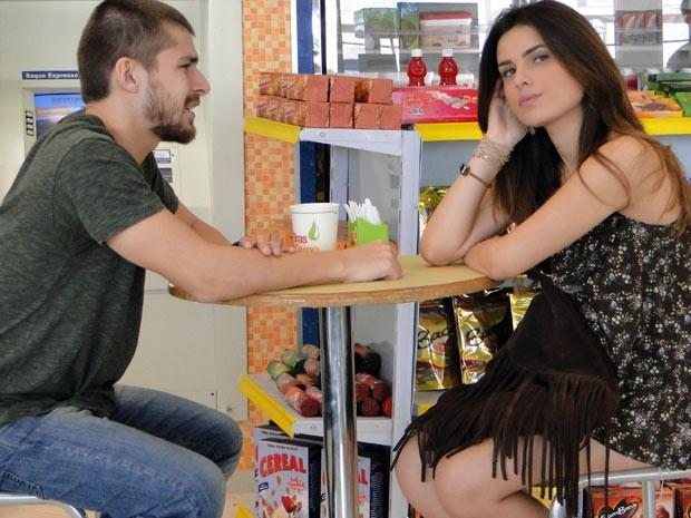 Em troca de livrar a cara do marmanjo, Cristal diz para Tomás casar com ela (Foto: Malhação / Tv Globo)