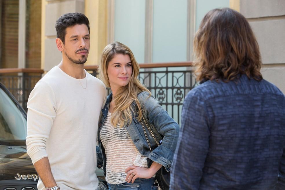 Diana adora ver que o ex ficou mexido ao vê-la com outro e não perde tempo para provocá-lo também: (Foto: Felipe Monteiro/Gshow)