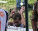Provocados na saída, jogadores do Cruzeiro fazem '6 a 1' com as mãos