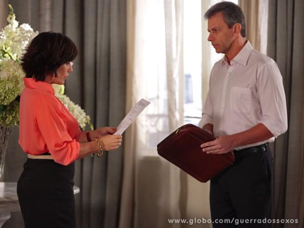 Roberta recebe uma intimação (Foto: Guerra dos Sexos / TV Globo)