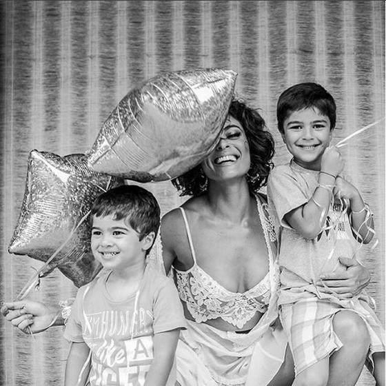 Juliana posa com os filhos: ela diz que, depois de colocar as crianças para dormir, estudo os textos da novela pelo WhatsApp com os colegas de elenco (Foto: Reprodução Instagram)