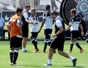 Sylvinho instrui o chinês Zizao no treino do Corinthians (Foto: Rodrigo Faber)