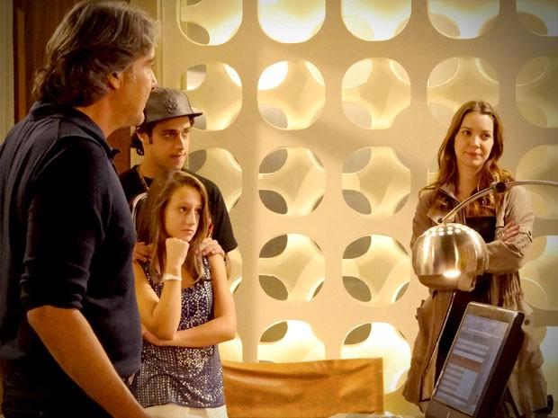 Tomás, Paloma e Débora não vêem problema em famílias morarem juntas (Foto: Avenida Brasil / TV Globo)