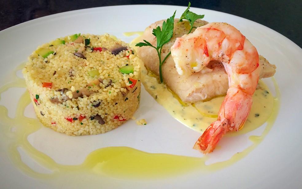 Papilote de peixe e camarão com couscous marroquino é o prato principal da proposta de jantar para o Dia dos Namorados (Foto: Letícia Baptista/G1)