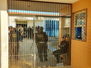 PM diz que presos escaparam na madrugada e ajuda a fazer contagem nesta manhã no Pereirão (Foto: Sidney Silva)