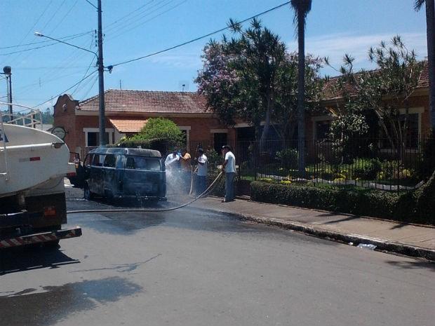 Bombeiros controlam o incêndio em kombi da prefeitura (Foto: Divulgação/Marcos Camargo)