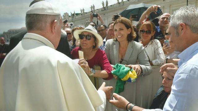 Rosana Valle e o Papa Francisco em Roma (Foto: Arquivo Pessoal)