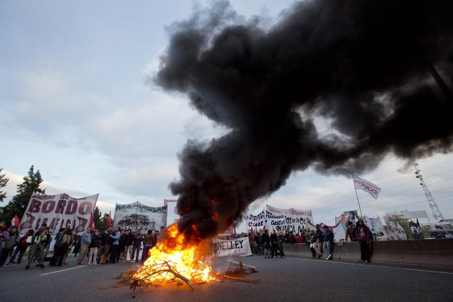 Uma greve nacional na Argentina paralisou o setor de transportes nesta terça-feira. Os manifestantes pedem pela redução ou eliminação dos impostos cobrados sobre os seus salários e pela estabilização da inflação