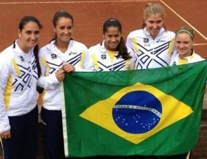 Brasil Fed Cup tênis A capitã Carla Tiene e as tenistas Paula Gonçalves, Teliana Pereira, Beatriz Haddad Maia e Laura Pigossi participaram da cerimônia de abertura (Foto: Divulgação)