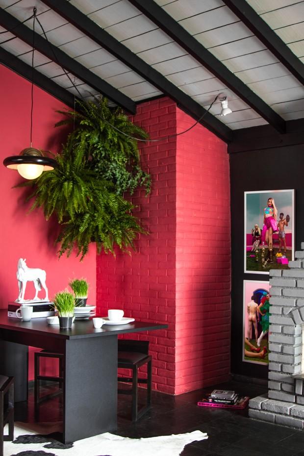 SALA DE JANTAR | A parede de tijolinhos, original do projeto, ganhou pintura da cor Vermelho Ácido, da Suvinil. Pendentes, da Lustres Iriê. Mesa de jantar e tapete, à venda na Tok & Stok. Bancos Careghin, da Acierno (Foto: Léo Fagherazzi/Divulgação )
