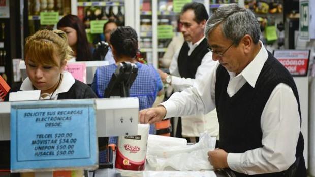 O recuo da economia e do crédito ameaça os ganhos do setor bancário na região  (Foto: BBC World Service)