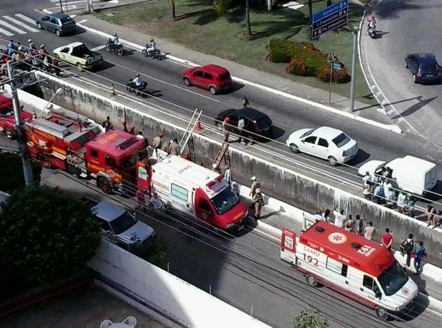 Trânsito ficou lento na região devido ao resgate da vítima na Av. Pedro Valadares em Aracaju (Foto: Reprodução/Aracaju Como Eu Vejo)