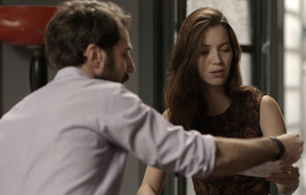 Júlia acha foto de Lorena no meio das coisas da irmã gêmea (Foto: TV Globo)