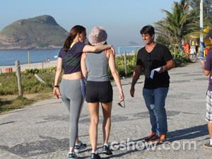 Julia Lemmertz grava em praia do Rio  (Foto: Em Família / TV Globo)