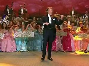 O violinista e maestro holandês André Rieu toca 'Ai se eu te pego', de Michel Teló, no 'Domingão do Faustão' (Foto: Reprodução/TV Globo)