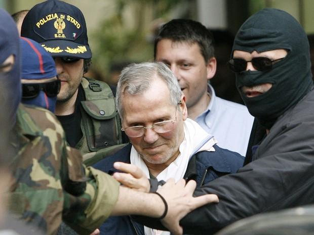 Chefe da máfia siciliana Bernardo Provenzano, em foto de arquivo de abril de 2006, é escoltado após ser preso (Foto: Luca Bruno/AP)