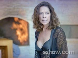 Branca queima as roupas de Ricardo (Foto: Em Família/ TV Globo)
