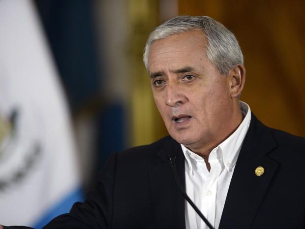 O presidente da Guatemala, Otto Perez Molina, durante coletiva de imprensa onde anunciou a renúncia da vice-presidente Roxana Baldetti, no palácio presidencial, na sexta-feira (8) (Foto: AFP Photo/Johan Ordonez)