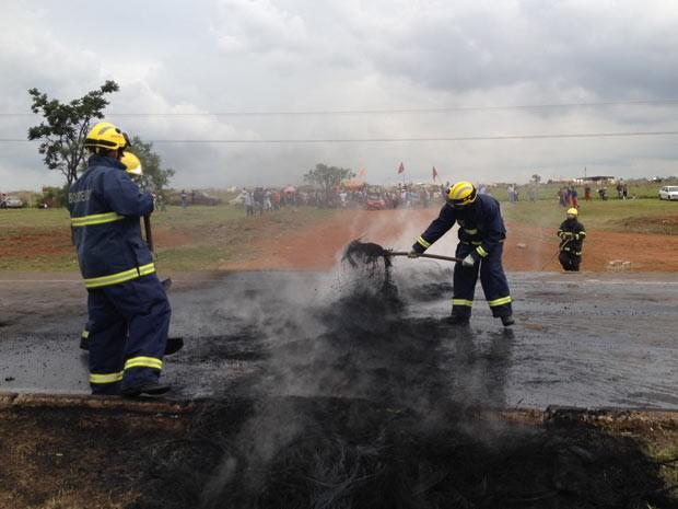 Bombeiros retiram restos de pneus queimados na BR-040, no sentido Valparaíso (GO) (Foto: Lucas Nanini/G1)