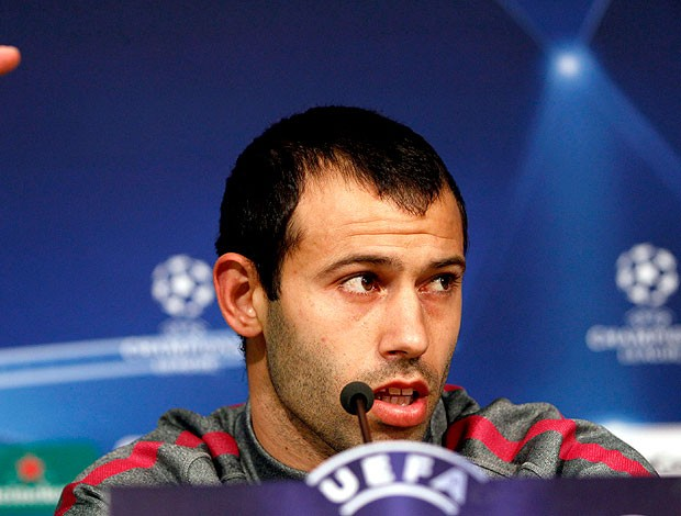 Mascherano durante coletiva do Barcelona (Foto: Reuters)