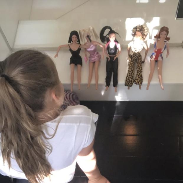 Harper com as bonecas Spice Girls (Foto: Reprodução)