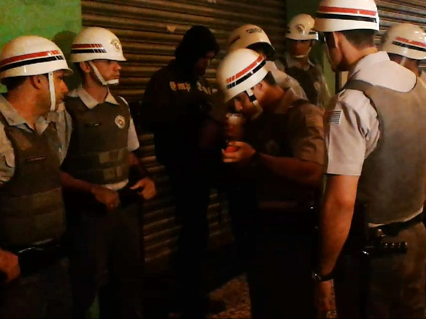PM de Campinas apreende vinagre de manifestante (Foto: Bernardo Medeiros/G1)
