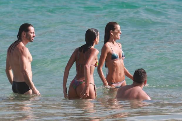 Bruna Marquezine e Izabel Goulart com amigos em Noronha (Foto: AgNews)