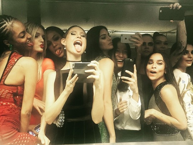 Jourdan Dunn,  Lily Donaldson, Joan Smalls, Behati Prinsloo, Kendall Jenner, estilista Alexander Wang, Zoe Kravitz, Cara Delevingne, Bella Hadid e Emily Ratajkowski posam para selfie em banheiro durante o baile de gala do MET (Foto: Instagram/ Reprodução)